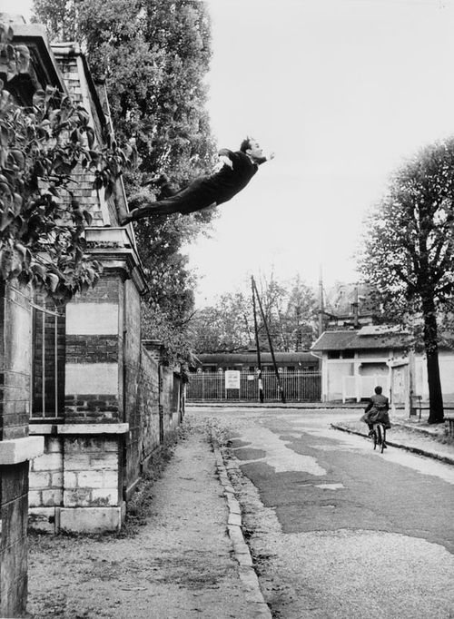 16_Yves Klein Salto nel vuoto 1960 fotomontaggio di Harry Shunk