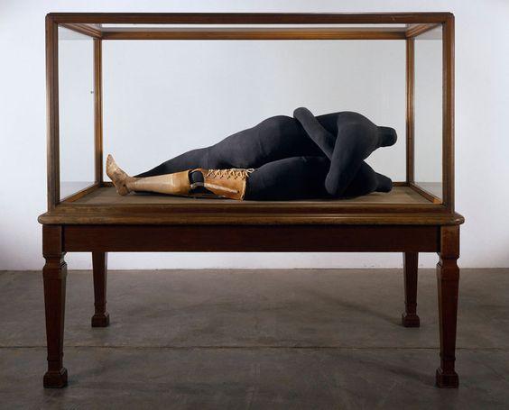 louise-bourgeois-couple-iv-1997-cette-oeuvre-represente-deux-amoureux-decapites-en-train-de-faire-lamour-la-prothese-represente-pour-lartiste-linstabilite-des-emotions-la-b
